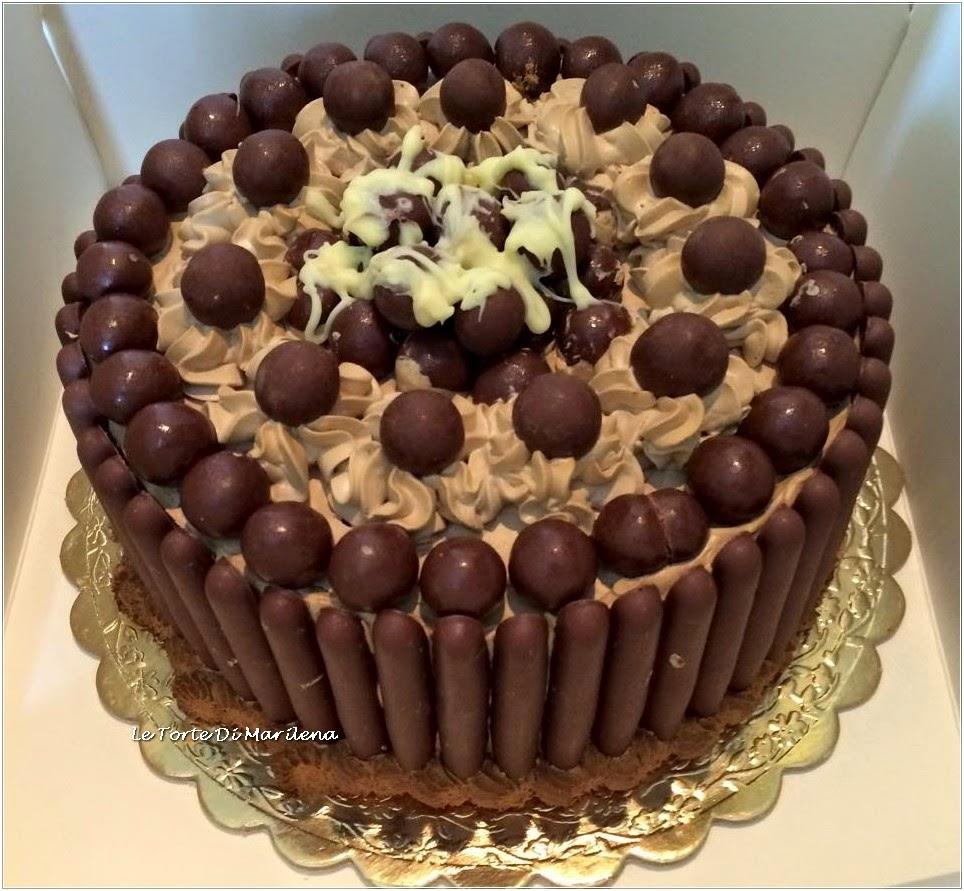 La torta Chocolat è fatta da un delicato e squisito pan di spagna ed è  farcita con una succulenta ganache al cioccolato bianco. Il tutto decorata  con dei